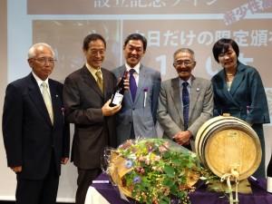 ワインを持つ中村さんも朝昼スムージーで糖尿病が改善