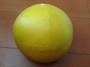 このボールがソフトジム。直径約20cm。表面が柔らかく、押すと伸びる。代替品は100円ショップでも購入可能。